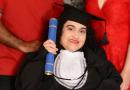 Superação: Jovem com paralisia se forma em letras após enfrentar muitos desafios